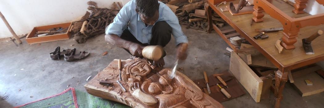 Sculpteur sur bois à Khajuraho (Inde)